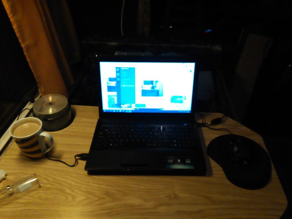 pracovní místo notebook